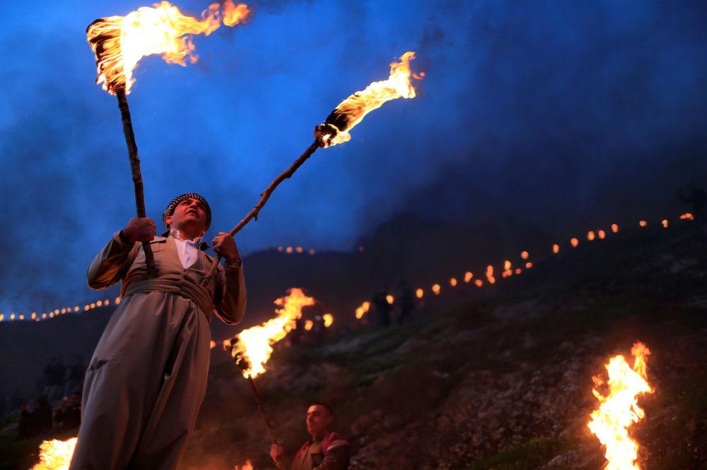 Iran, Chaharshanbe Suri, la festa del fuoco nel mercoledì prima del Nowruz: per le strade vengono creati del falò e la tradizione vuole che li si superi con un salto, simboleggiando il gesto di lasciarsi alle spalle l'anno vecchio e tutte le difficoltà