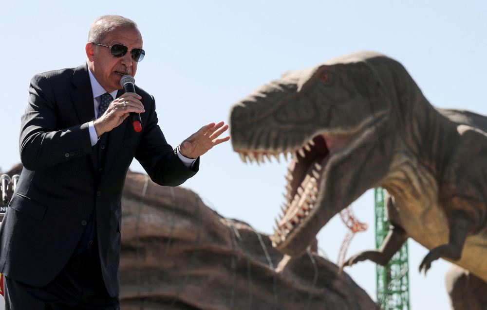 Presidente turco Recep Tayyip Erdogan davanti alla figura di un dinosauro nel corso dell'apertura del parco Paese delle Maraviglie Eurasia ad Ankara, Turchia.