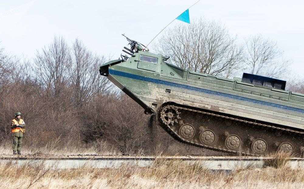 Il PTS-2 , blindato anfibio di forze costiere della flotta del Baltico, durante le esercitazioni tattiche nella regione di Kaliningrad.