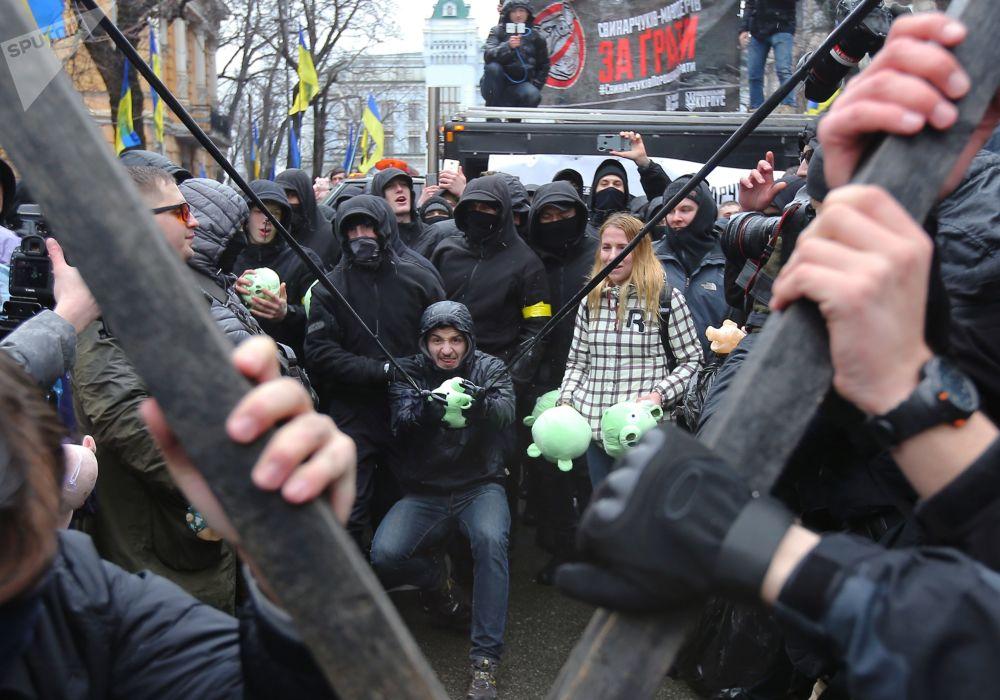 Partecipanti all'azione del Corpo Nazionale contro la corruzione, in Piazza della Libertà a Kiev.
