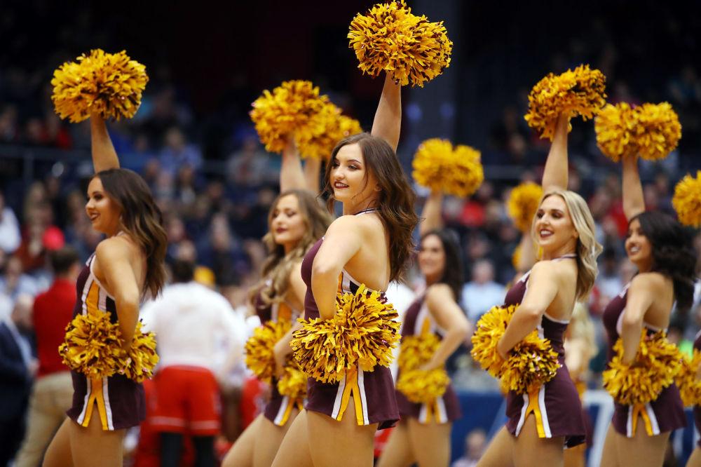 Cheerleaders della squadra di basket non statale dell'Arizona State Sun Devils durante una performance al gioco contro St. John's Red Storm a Dayton, Ohio