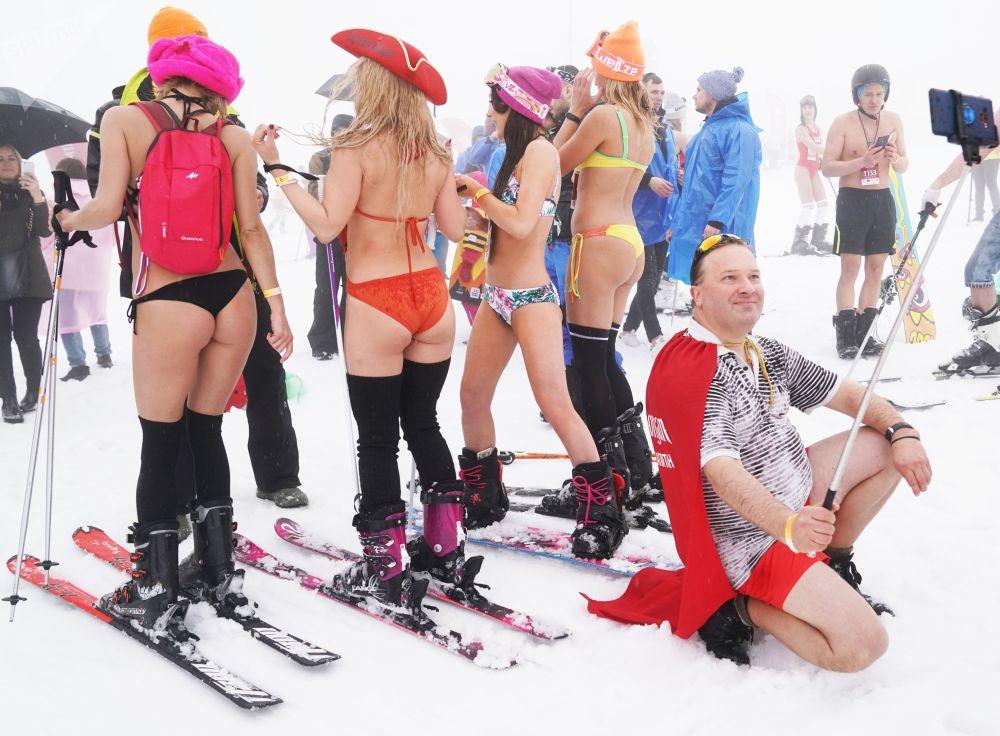 Partecipanti al carnevale alpino BoogelWoogel-2019 durante una discesa di massa dalla montagna in costume da bagno presso la stazione sciistica di Rosa Khutor a Sochi.
