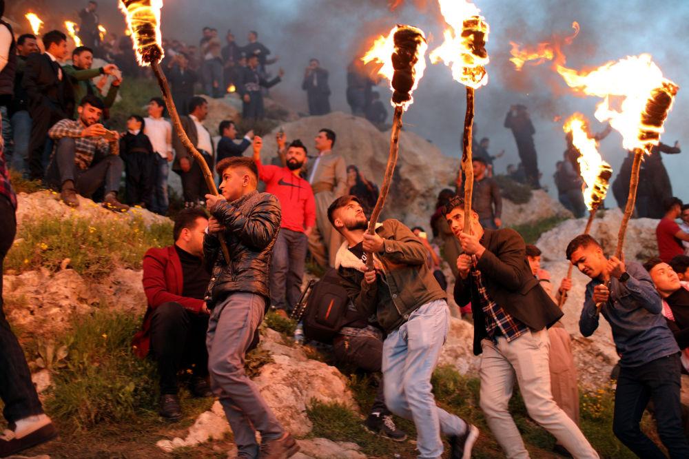 Curdi durante la celebrazione del Nowruz nel Kurdistan iracheno.