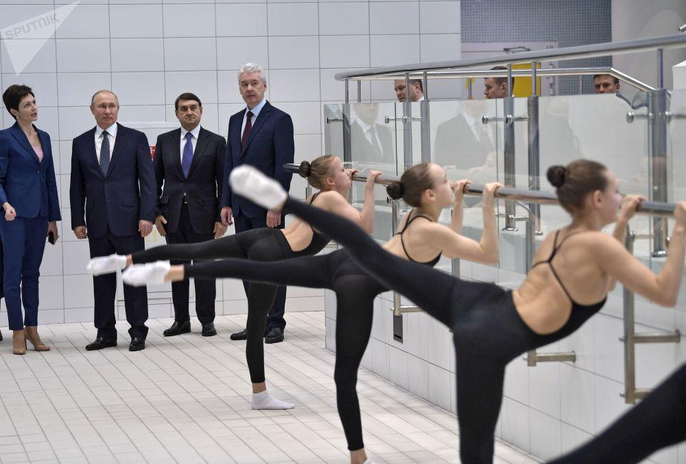 Il presidente russo Vladimir Putin ha visitato il centro del nuoto sincronizzato di Anastasia Davidova.