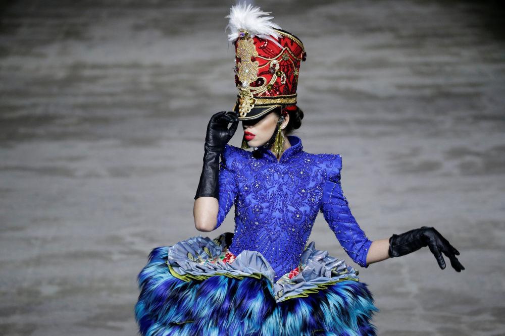 Una modella presenta la collezione Hu Sheguang alla settimana della moda a Pechino.