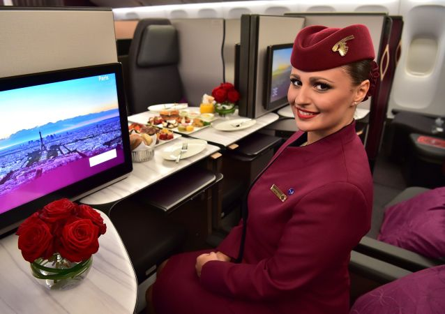 Una hostess della Qatar Airways all'interno dello spazio di business class QSuite di un Boeing 777 della Qatar Airways