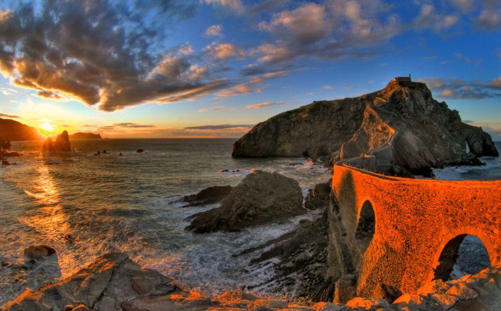 Paesi Baschi - Spagna: il ponte che collega l'isola di Gaztellugatxe alla terraferma