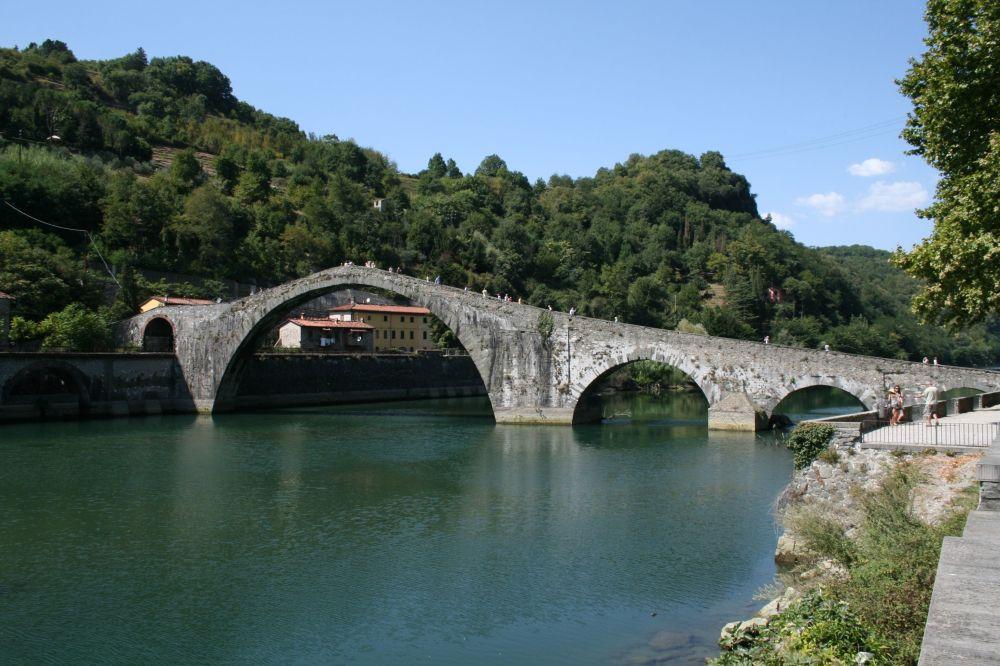 Borgo a Mozzano - Lucca: il Ponte della Maddalena (Ponte del Diavolo) sul fiume Serchio