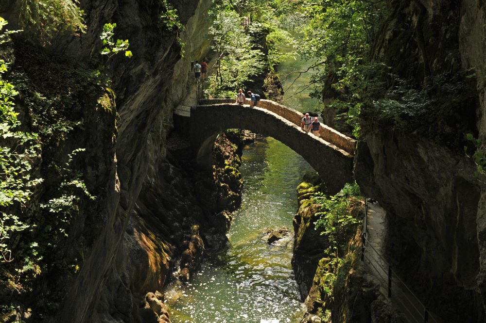 Svizzera: il ponte pedonale sul torrente Areuse vicino a Brot-Dessous, nel cantone di Neuchatel