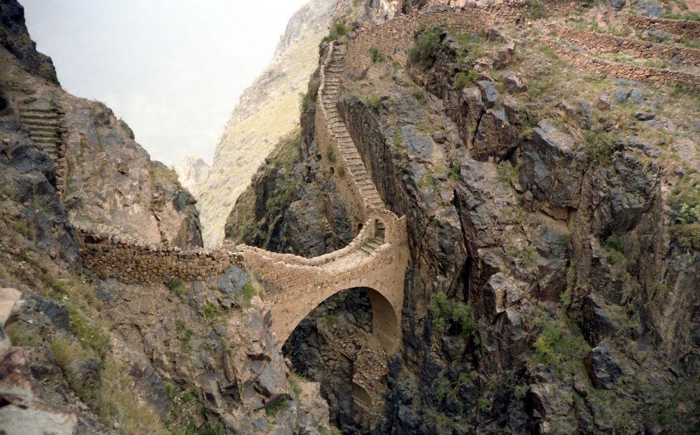 Yemen: un ponte pedonale a 2600 metri di altezza slm nella montagna Shaharah