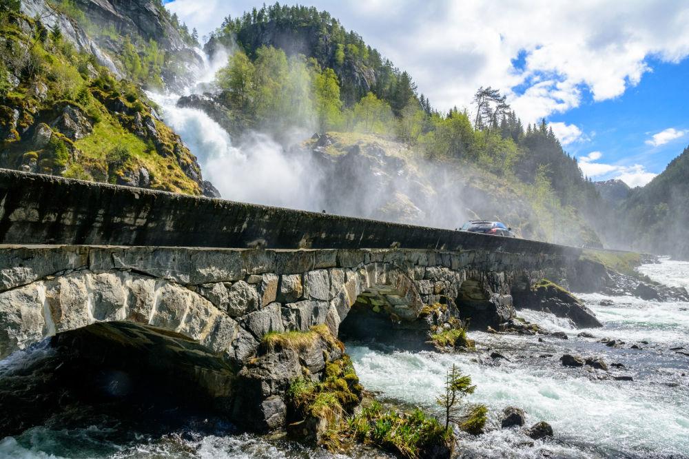 Odda - Norvegia: il ponte sulla cascata Låtefossen