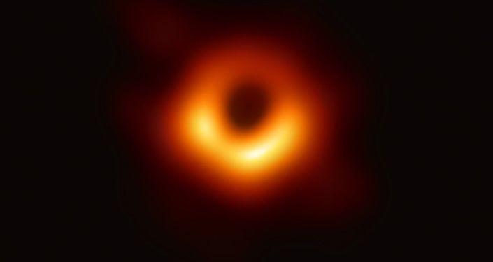 Pubblicata la primissima FOTO di un buco nero