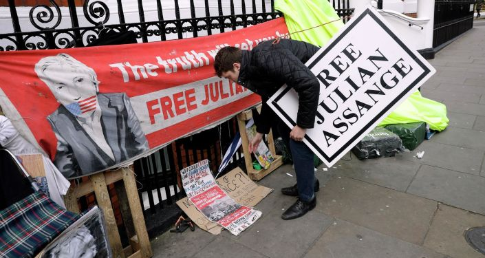 Proteste vicino all'ambasciata dell'Ecuador a Londra dopo l'arresto di Assange