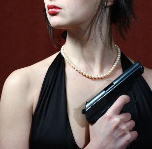 Una ragazza tiene una pistola