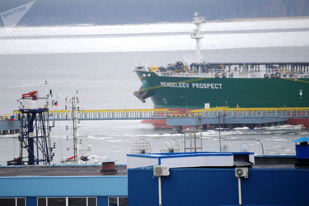 La nave petroliera Prospekt Mendeleev durante la presentazione nel golfo di Finlandia, coincisa con il forum Artico - Territorio di dialogo a San Pietroburgo
