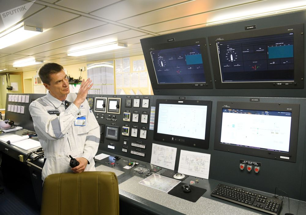 Sergey Mikhailenko, il capo meccanico della petroliera Prospekt Mendeleev illustra alla stampa la sala di comando della Prospekt Mendeleev