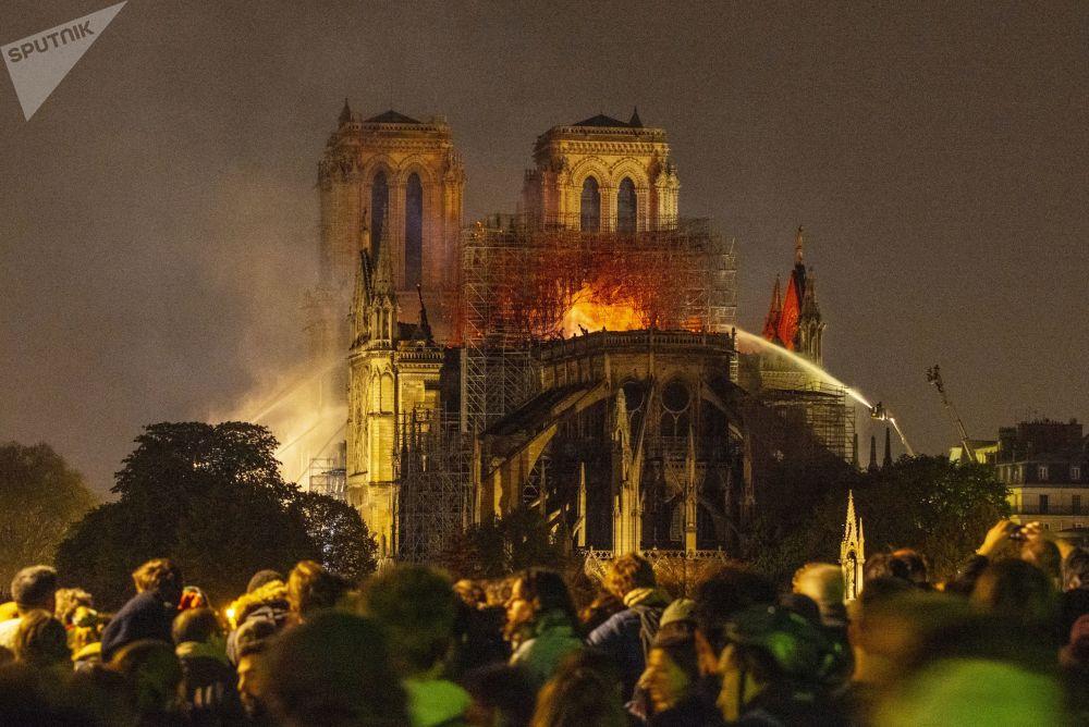 15 aprile 2019 - Le fiamme avvolgono la cattedrale di Notre Dame