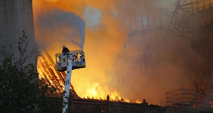Pompieri cercano di spegnere l'incendio della Cattedrale di Notre Dame