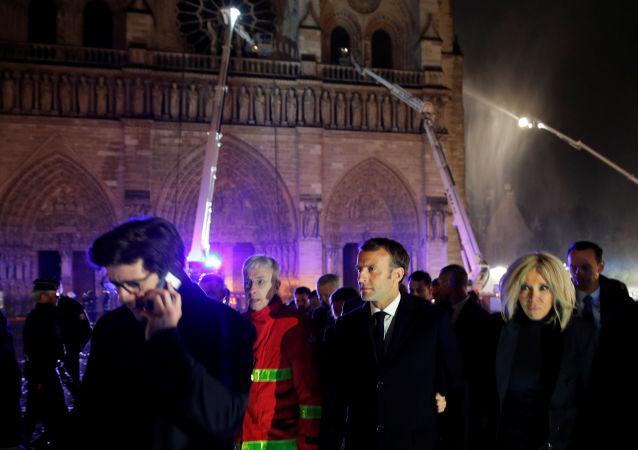 Emmanuel Macron al luogo dell'incendio nella Cattedrale di Notre-Dame