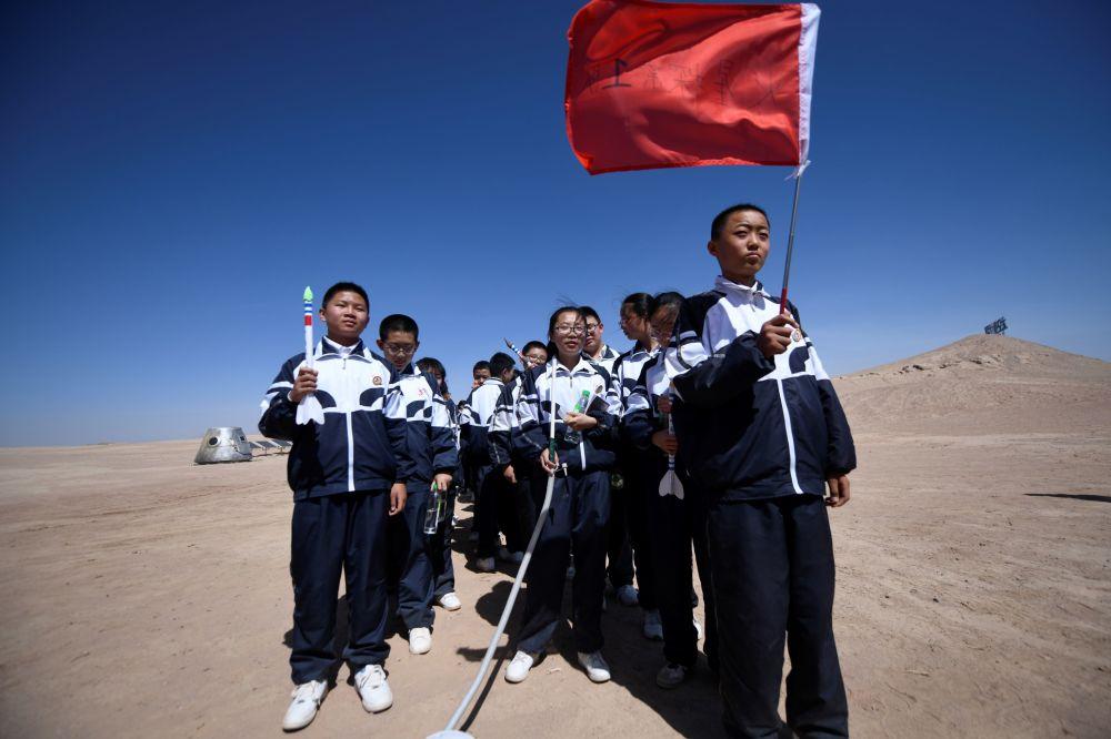 Gli studenti cinesi in visita alla Mars Base 1 provano l'ebbrezza della prima camminata su Marte, anche se per finta