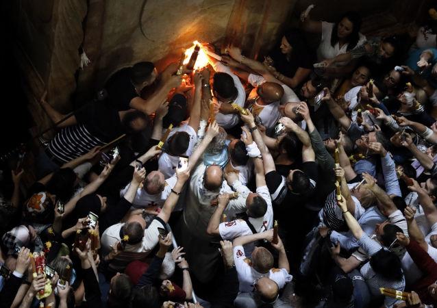 Si accende il Fuoco Sacro alla chiesa del Santo Sepolcro di Gerusalemme