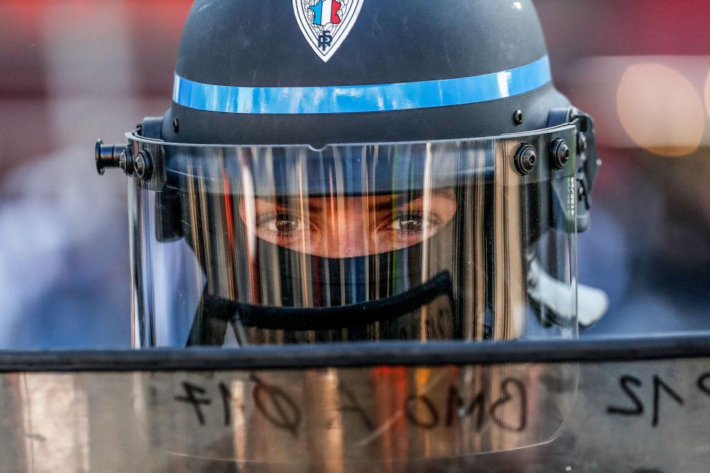 Una poliziotta durante la manifestaione dei gilet gialli a Parigi, Francia.