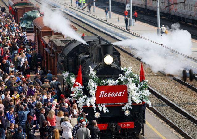 Gli abitanti di Belgorod durante l'arrivo del Treno della Vittoria, Russia.