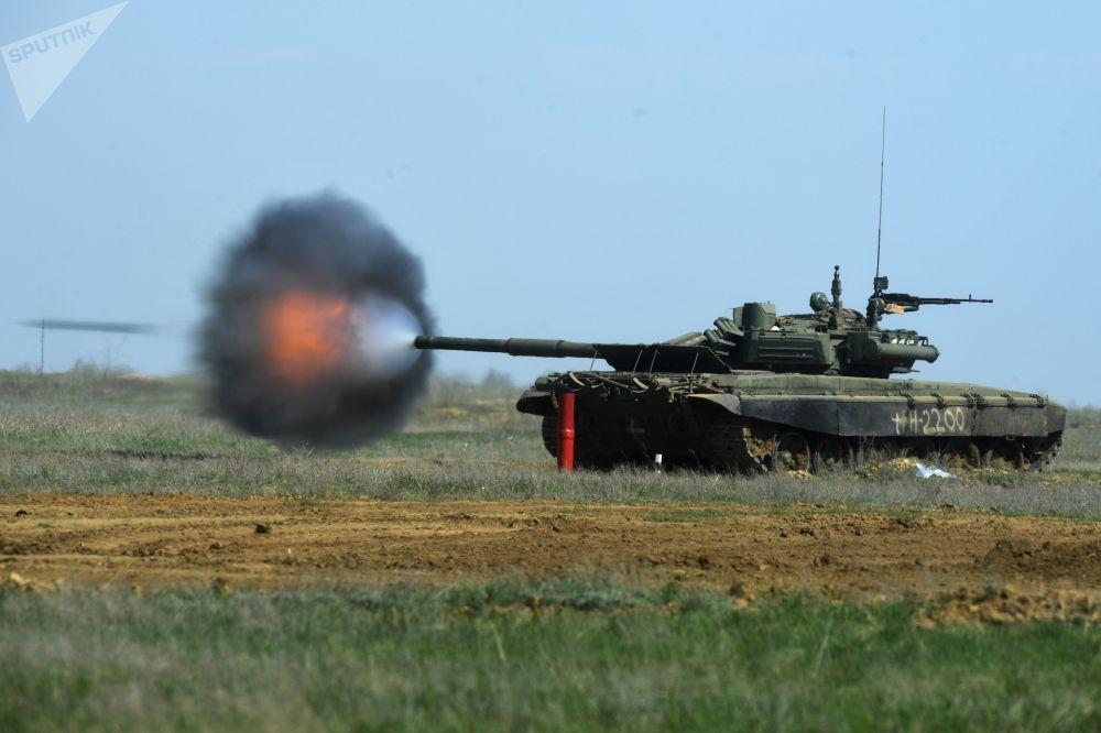 Il carro armato T-90 durante le esercitazioni nella regione di Volgograd.