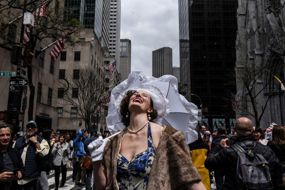 Una partecipante della parata di Pasqua a New York, Usa.