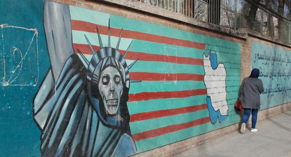 Un graffiti sul muro dell'ex ambasciata degli USA a Teheran