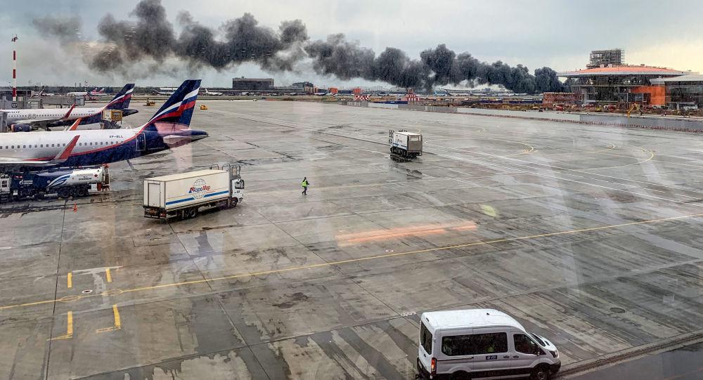 Il Superjet 100 dell'Aeroflot in fiamme a Sheremetyevo