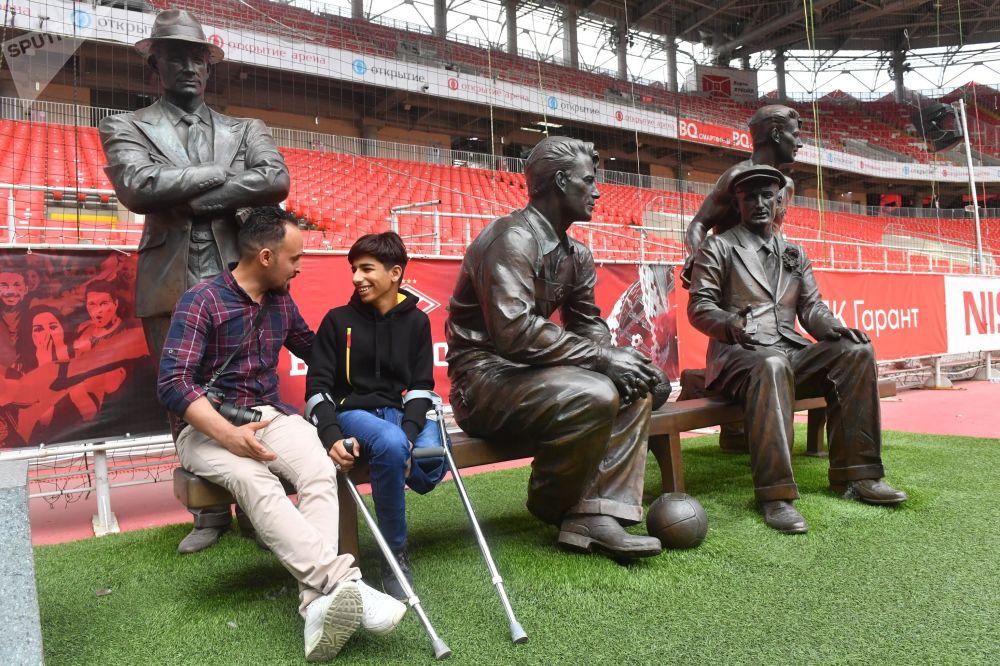 Qasim Alkadim sulla panchina-monumento dedicata ai fratelli Starostin, fondatori dello Spartak Mosca