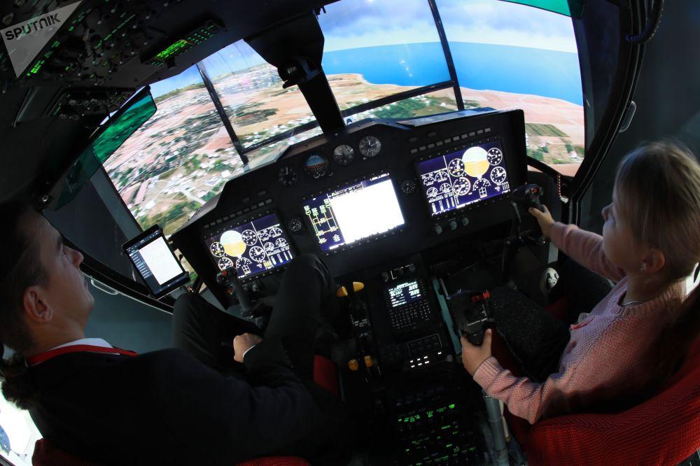 Dentro la cabina di pilotaggio dell'elicottero multifunzionale Ka-32