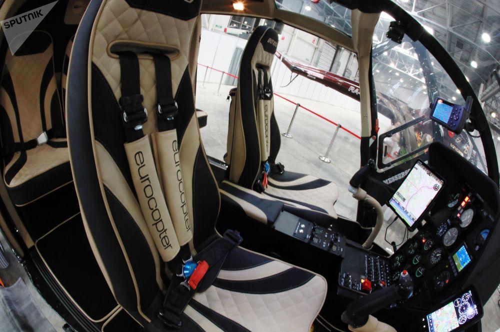 La cabina di pilotaggio dell'elicottero multifunzionale tedesco MBB Bo 105