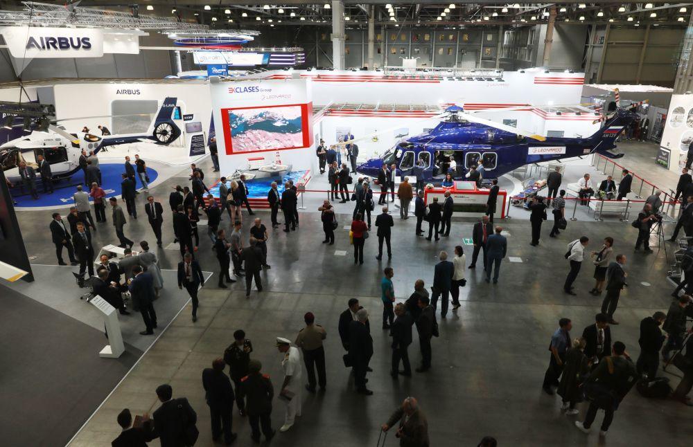 Visitatori tra i padiglioni del 12° Salone Internazionale dell'Elicottero HeliRussia - 2019 di Mosca