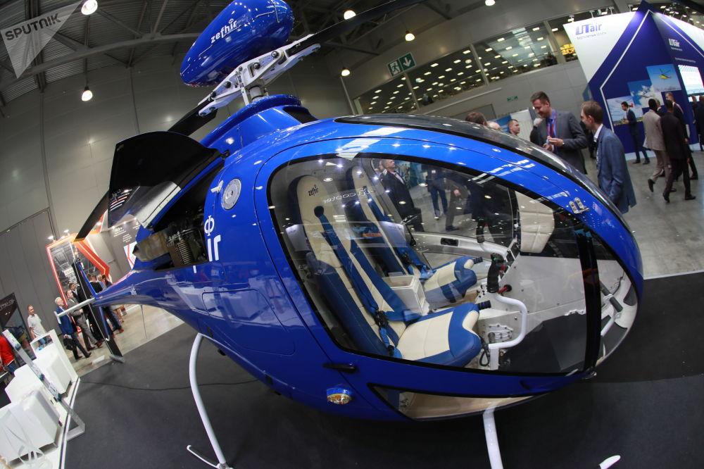L'elicottero biposto Zefhir dell'italiana Curti, attrezzato per il lancio di paracatudisti
