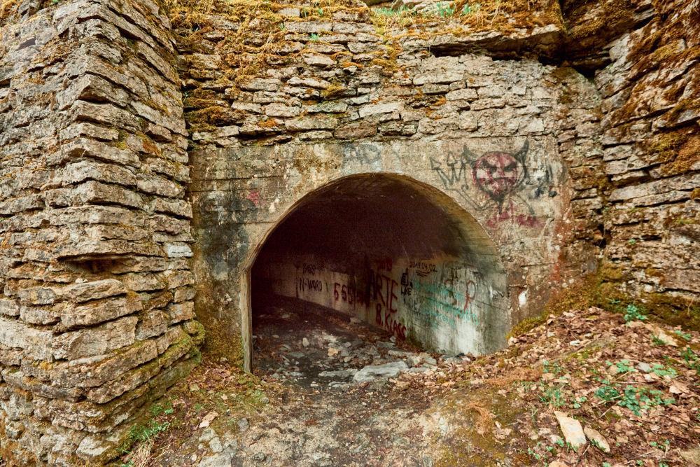 Sul muro di uno dei tunnel qualcuno ha disegnato dei graffiti a sfondo satanico