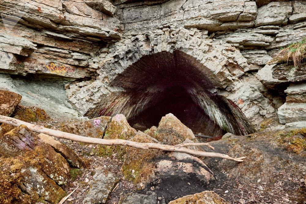 Nonostante le pietre, chi vuole riesce comunque ad accedere al tunnel