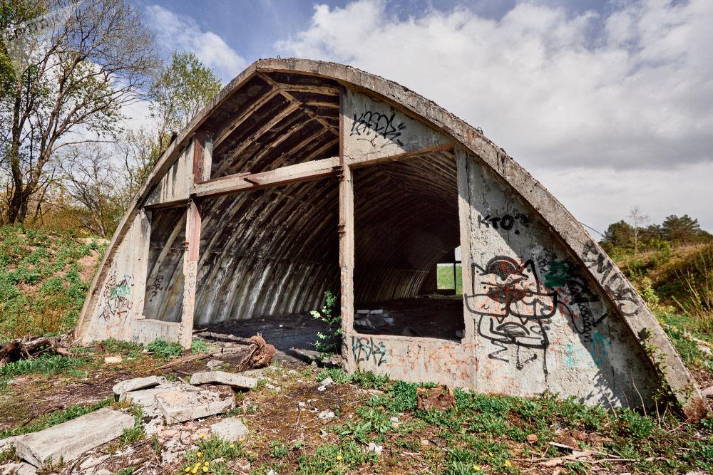 Alcune delle rovine ricordano agli occasionali visitatori che si tratta pur sempre di un ex complesso militare