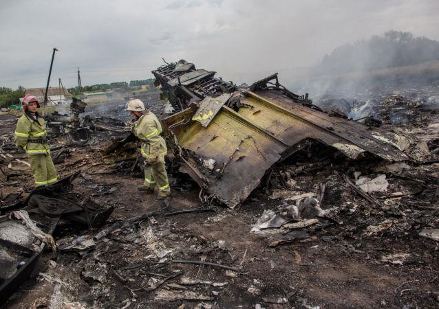 Спасатели на месте крушения малайзийского Boeing на Украине