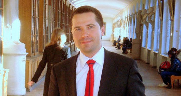 """Aleksej Blinov, membro del club Zinoviev MIA """"Rossiya Segodnya"""", Dottore di ricerca in Scienze giuridiche, Dottore magistrale in Scienze politiche"""