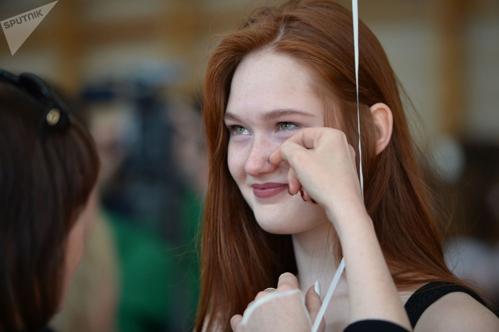 Un'immancabile lacrimuccia accompagna l'uscita da scuola dell'ultimo giorno