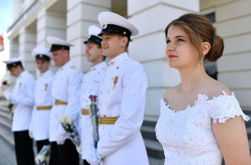 I cadetti dell'ultimo anno dell'accademia militare navale Nakhimovskiy di Sebastopoli prima dell'inizio della cerimonia di inizio dell'ultimo giorno di scuola