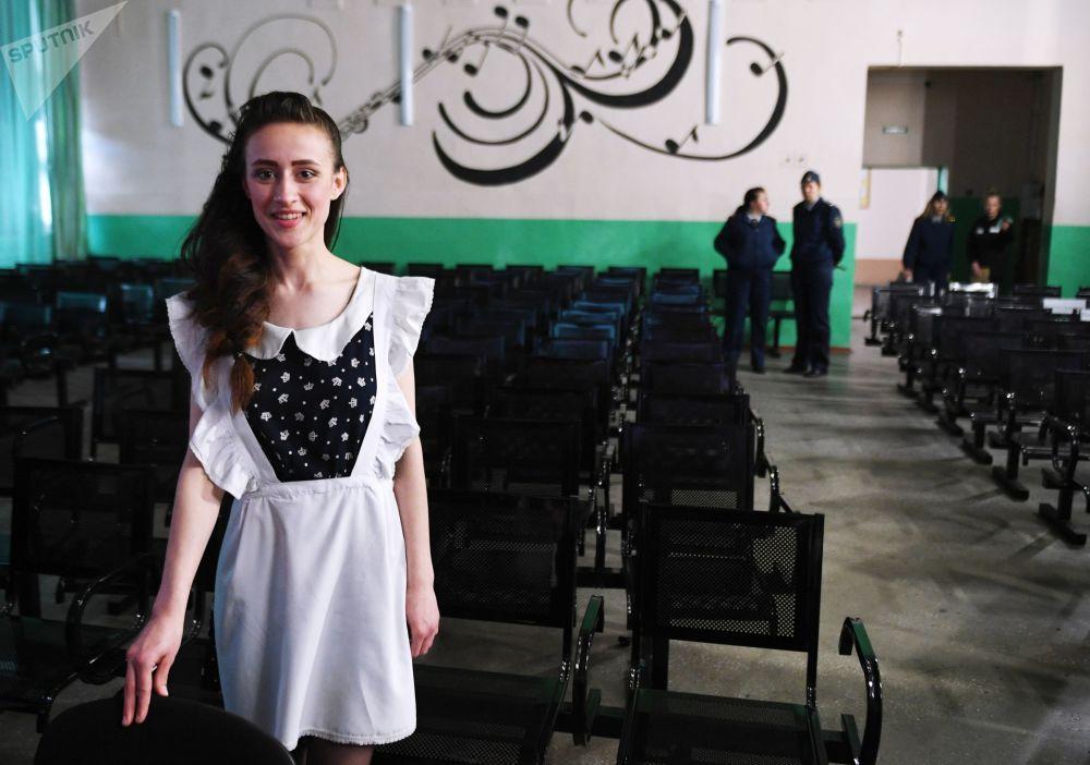 Ultimo giorno di lezione anche nella scuola serale del carcere minorile femminile N°9 di Novosibirsk, in Siberia: questa ragazza lascia la sala dove si è svolto il concerto di fine anno.