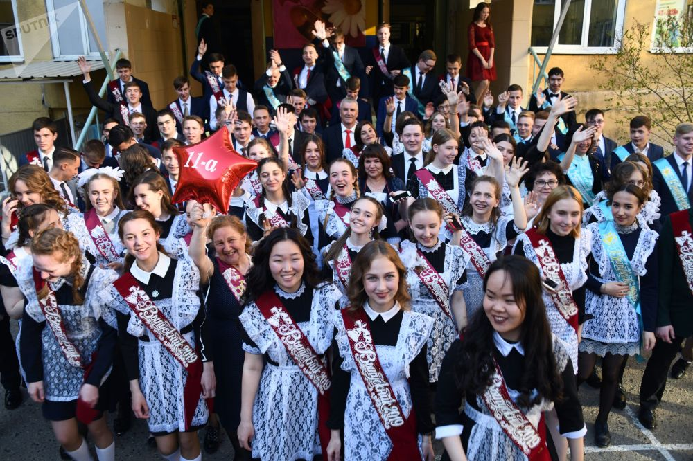 Foto di gruppo per gli studenti di questa scuola di Chita, capoluogo di provincia della regione del lago Bajkal: per effetto del fuso orario, da loro l'ultimo giorno di scuola finisce quando a Mosca gli studenti devono ancora entrare a scuola.