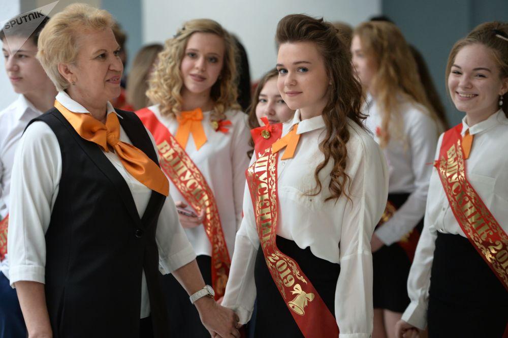 Queste studentesse di una scuola di Ekaterinburg salutano la loro insegnante nell'ultimo giorno di scuola
