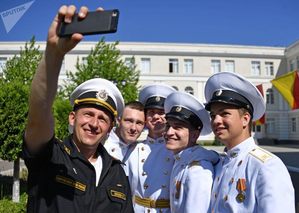Questi cadetti dell'accademia militare navale di Sebastopoli si scattano un selfie-ricordo per l'ultimo giorno di scuola
