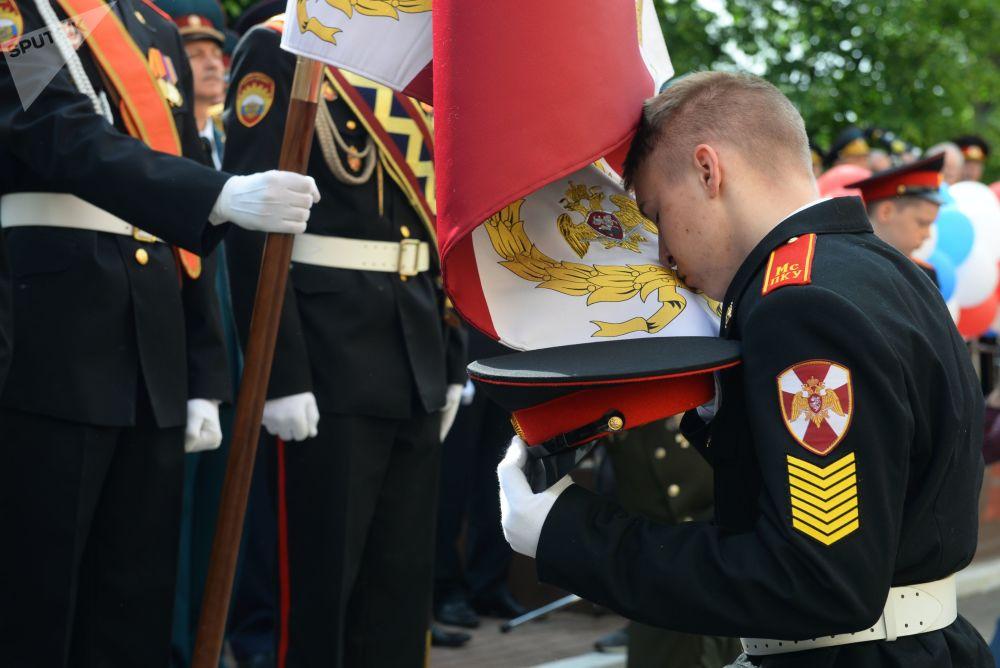 Per i cadetti dell'accademia militare presidenziale Mikhail Shokolov l'ultimo giorno di scuola prevede la cerimonia di saluto del Vessillo della loro accademia