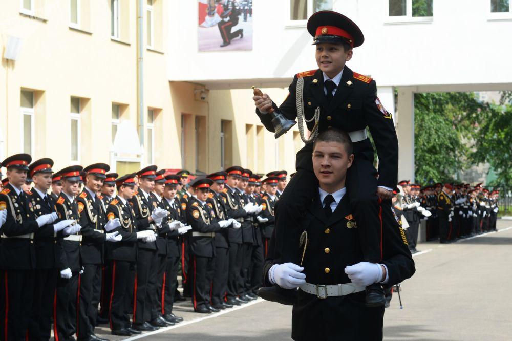 Un piccolo cadetto suona l'ultima campanella dell'anno