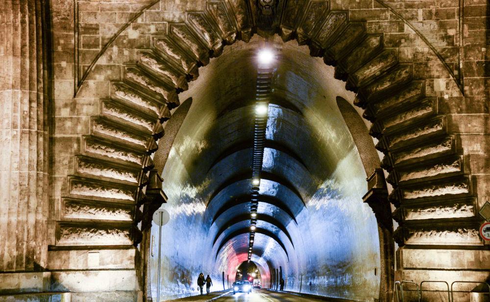 La galleria che passa sotto il Castello di Buda, a Budapest